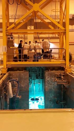 한국원자력연구원이 요르단에 건설한 요르단 연구용원자로(JRTR) 노심에 핵연료를 삽입하는 모습 - 한국원자력연구원 제공